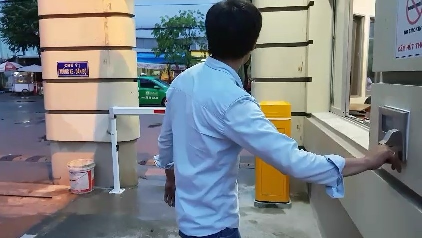 thanh chắn xe kết hợp máy chấm công vân tay