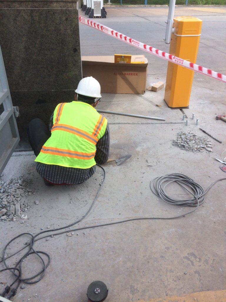 Công nhân thi công lắp đặt barie tự động